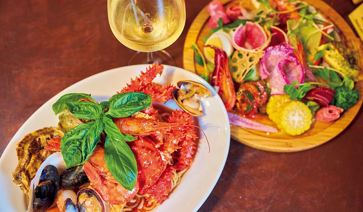 ロケーション抜群、最東端にあるイタリアン〈ボスケット〉。根室の魚介をふんだんに使ったペスカトーレ¥2,200、サラダ¥850。味もコスパも◎。