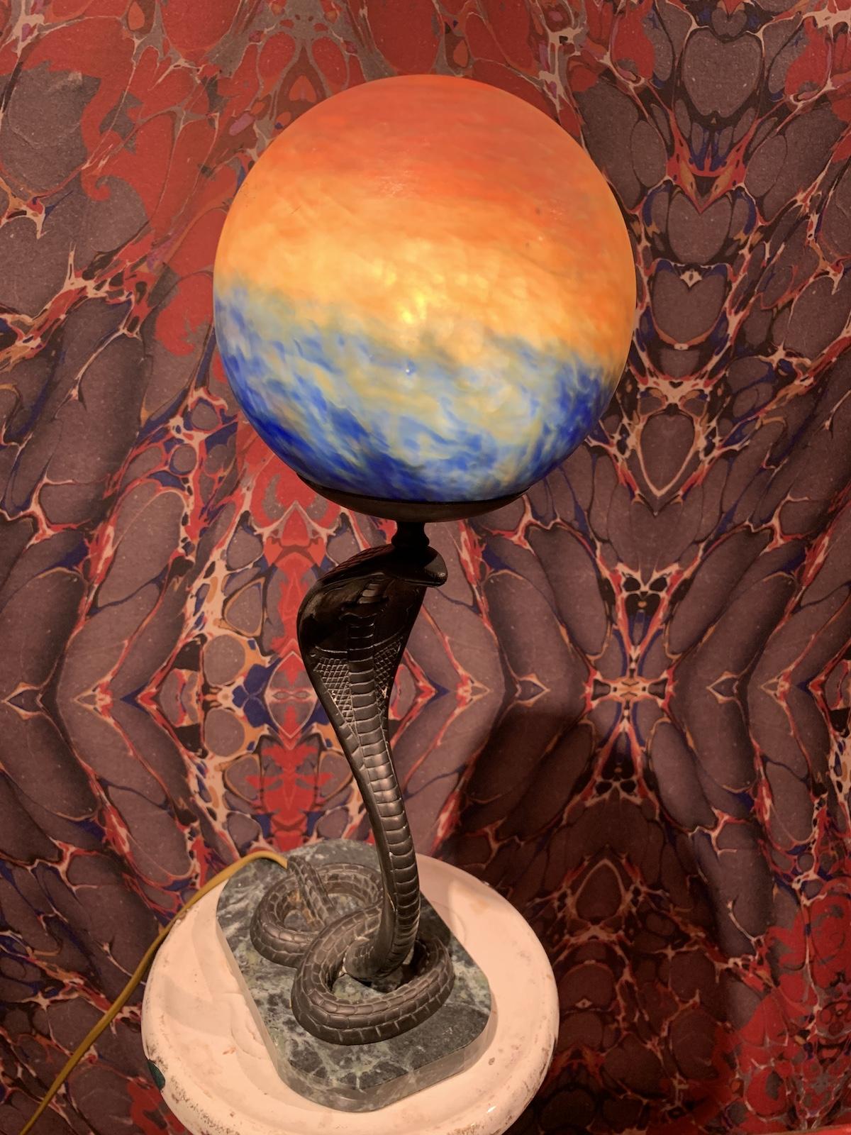 コブラのランプは100年くらい前のプロダクトをモチーフにした1960年代の一品。惑星のような照明部分も美しい。¥98,000