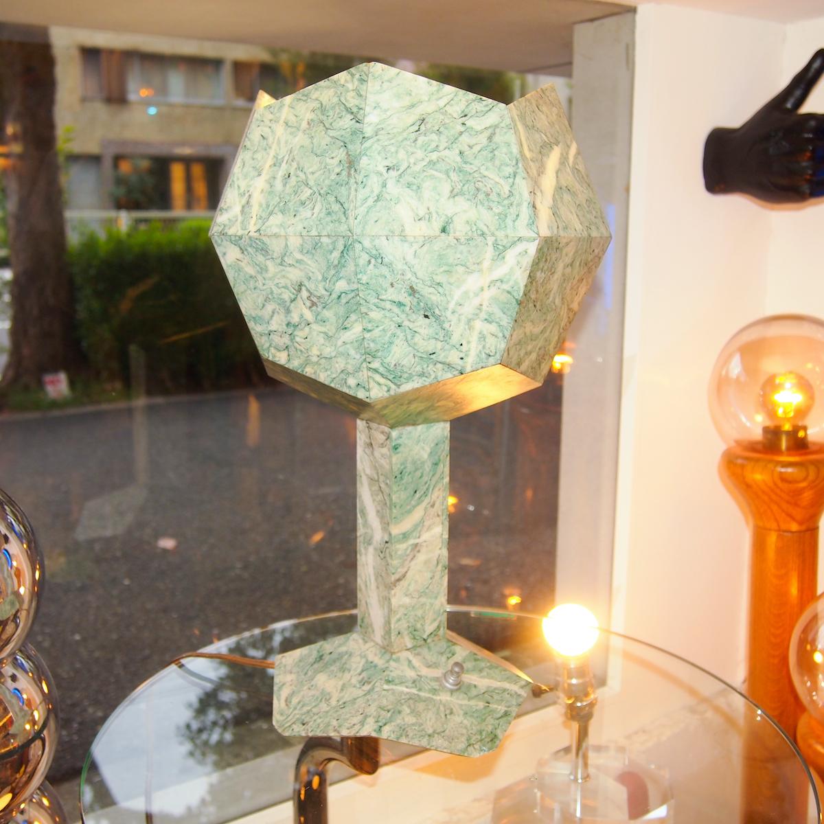 高級感ある石でできたヴィンテージの照明は、まるで宇宙から拾ってきた謎の石のような佇まい。¥49,500