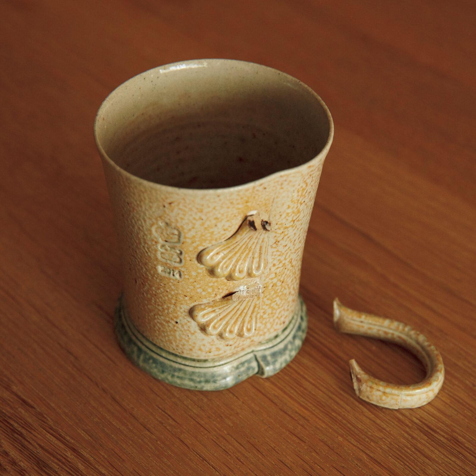 鎌田奈穂(金工作家)夫からプレゼントされたスティーブ・ハリソンのコーヒーカップがお気に入り。取っ手が何度か取れちゃったんだけど(今も)、金継ぎしてみたり直しつつ大事に使っています。