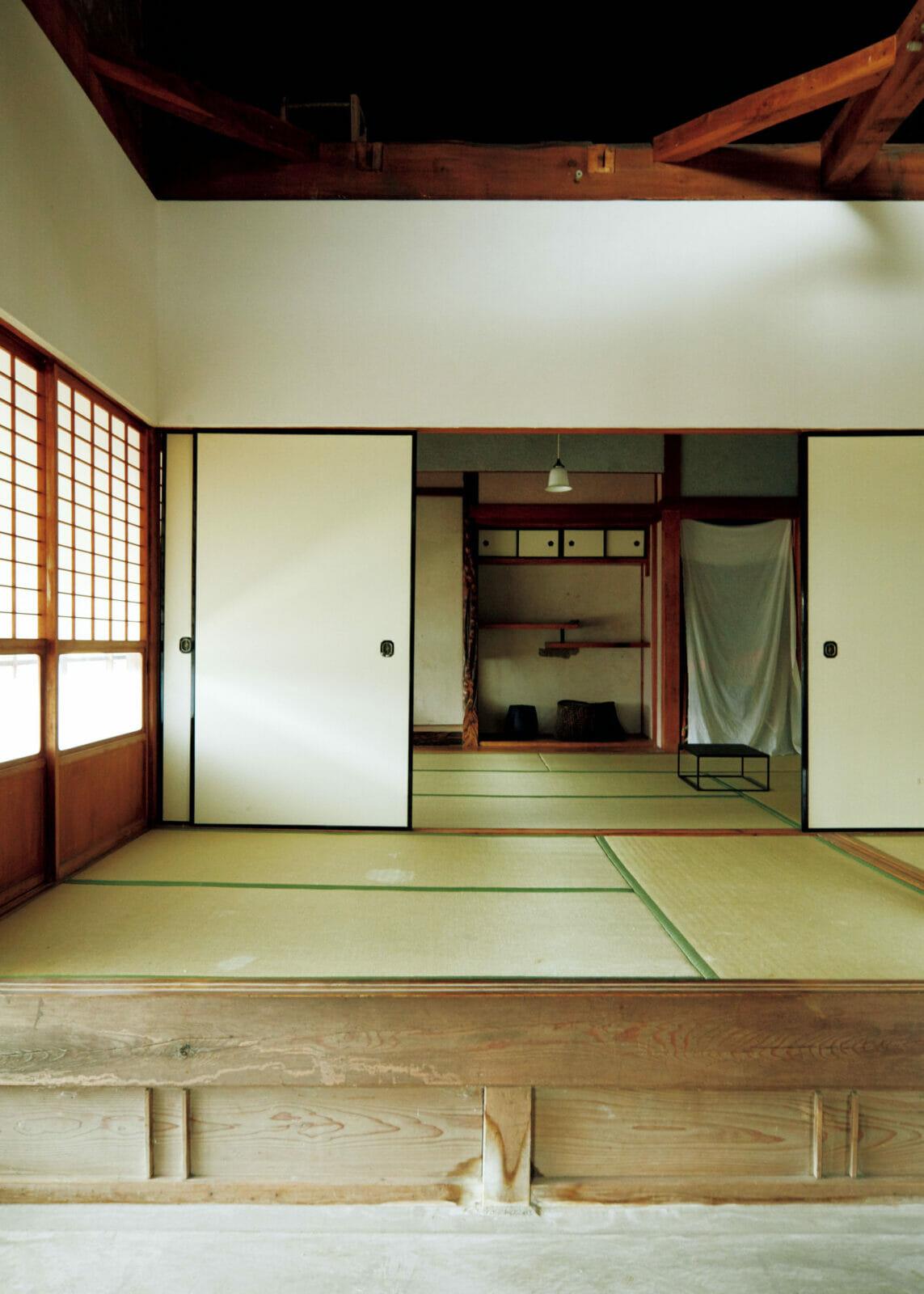 吹き抜けにした3畳の小上がりの向こうに、床の間のある6畳の和室。1階の床面積は約120㎡で、都市住宅に比べれば広いが、元農家の家としては小さく、4人家族の住まいへのリノベーションには最適だった。