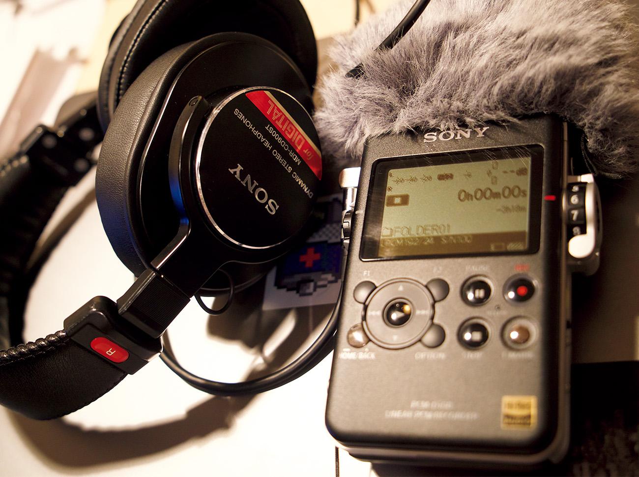 上出さん愛用のソニーのレコーダー、PCM-D100。これ一つで現場へ。