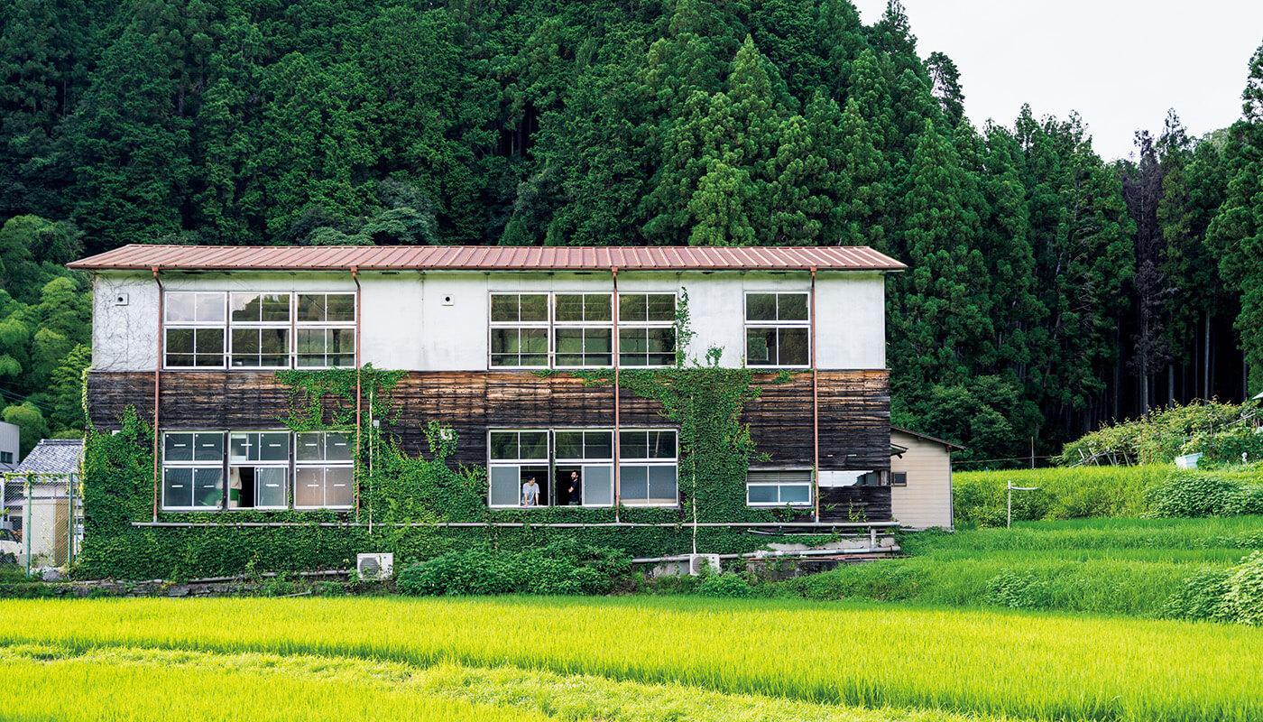 廃校を工房にした〈木工森〉。