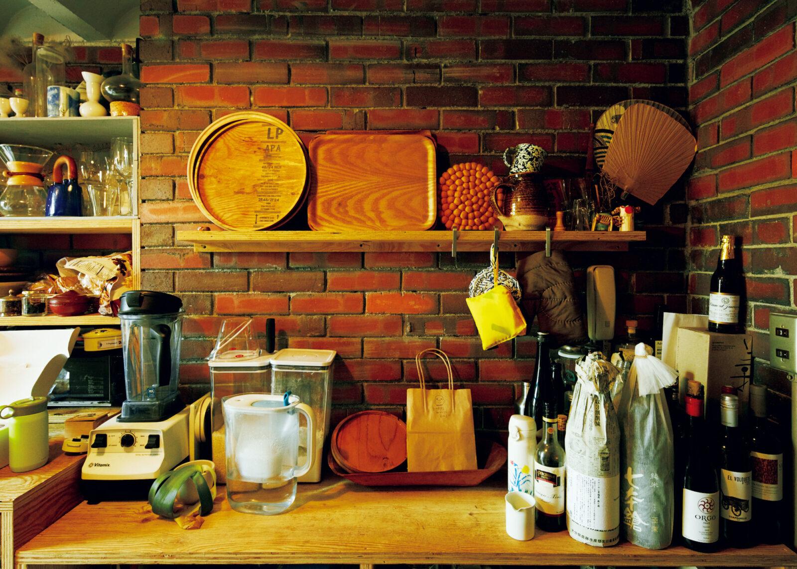 キッチンの壁はレンガ。ダイニングとの間の壁の仕上げもレンガで、完成から40年、長く使われてきたからこその味わいがある。服部さんは「おいしいもの」好きの料理上手で、家で一番好きな場所はキッチン。