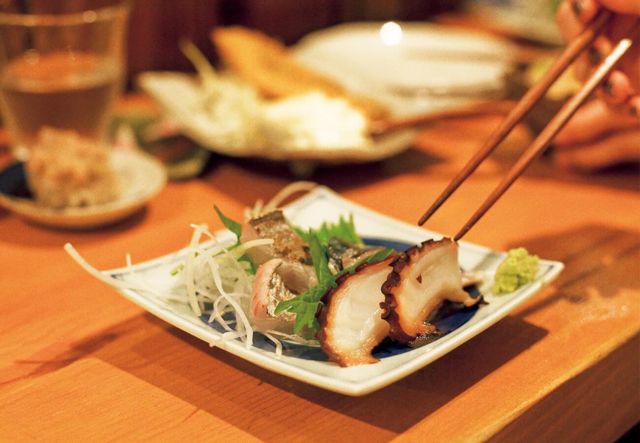 本日のお刺し身から。タコ、たちうお(皮炙り)¥900など。価格は6枚分。