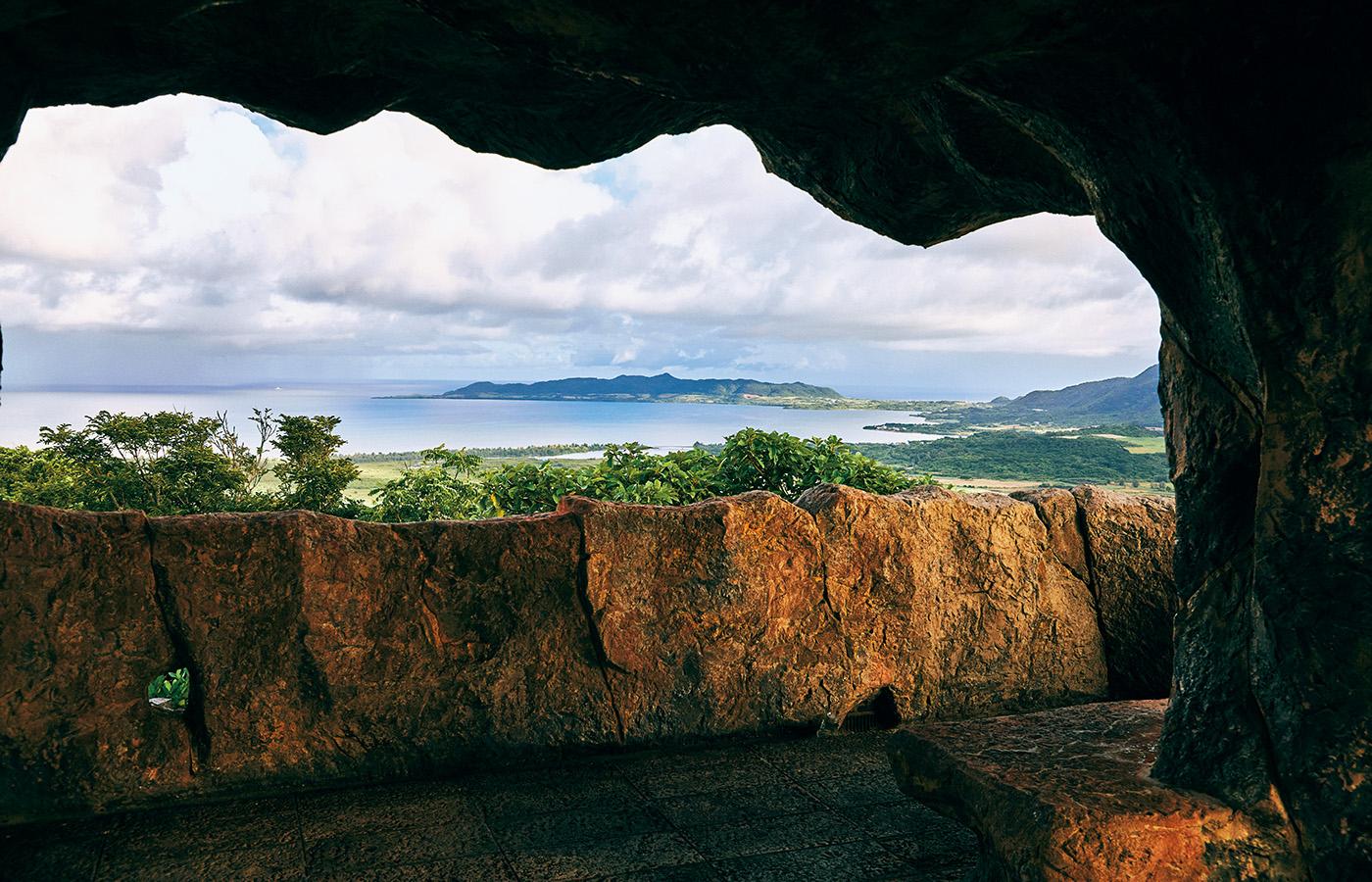 石垣島バンナ公園内の「南の島の展望台」。ゴツゴツとした岩をデザインした展望台がユニーク。全方位パノラマビューで、日中だけでなく夜景や星空を眺める人気スポットでもある。角度によって西表島まで見渡せる。