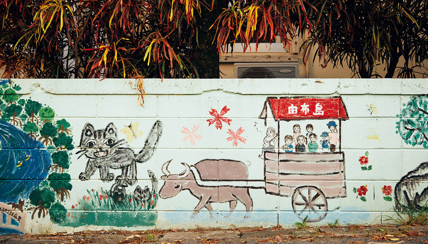 西表島から由布島へは水牛車に乗って渡ることが可能。島内には熱帯・亜熱帯都市緑化植物園がある。