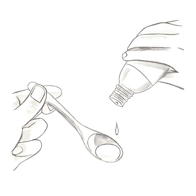 2.保湿で大事なのは保湿液の分量とマッサージ。使っている保湿液の油分の割合や、顔の大きさにもよるが、おおよその目安としては小さじスプーン1杯分を平均とし、その前後の量で調整するのが○。また顔の血行を促すべく、ゆっくりと塗り込むように行うことが大事。