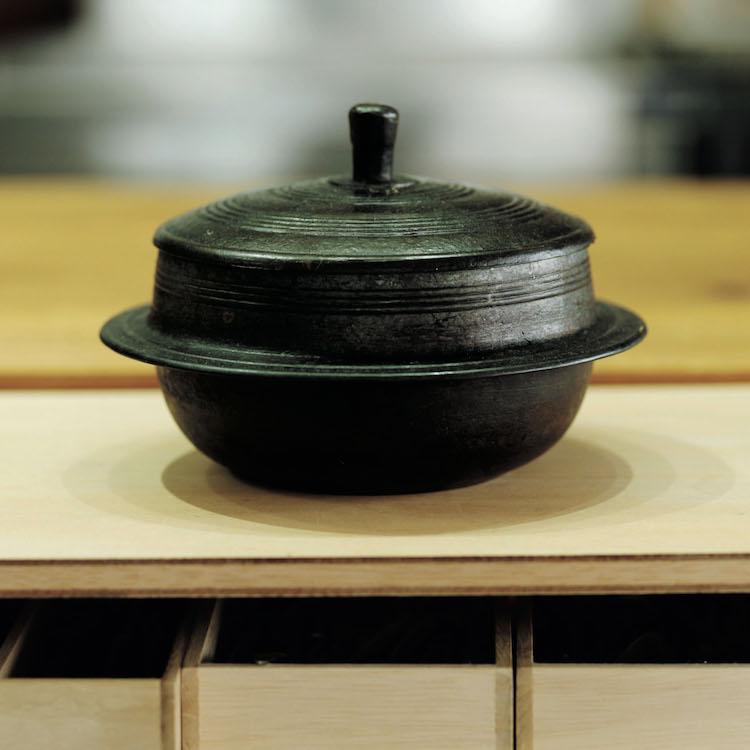 ご飯がおいしく炊ける厚手の鋳物羽釜は韓国の古いもの。