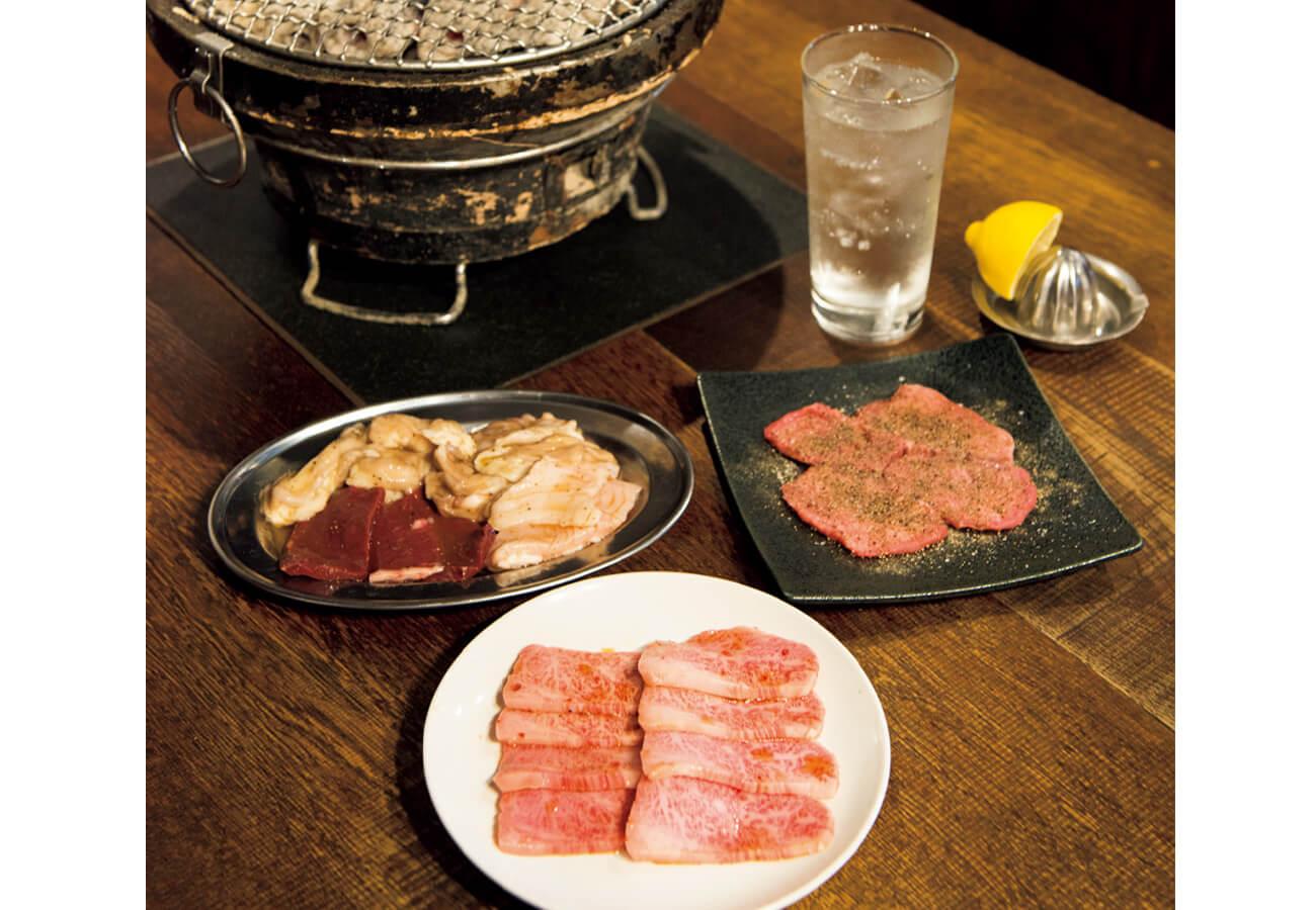 お肉の例。右上から時計回りに、生タン塩¥1,200。上カルビ¥790。新鮮!ホルモンMIXは、コプチャン(小腸)ギアラ、ミノ、ハツの4種。¥1,380。キンミヤ焼酎と強炭酸で作る生レモンサワー¥460。ほかに一頭買いして提供する北海道仔羊カルビ¥1,800も(すべて税別)