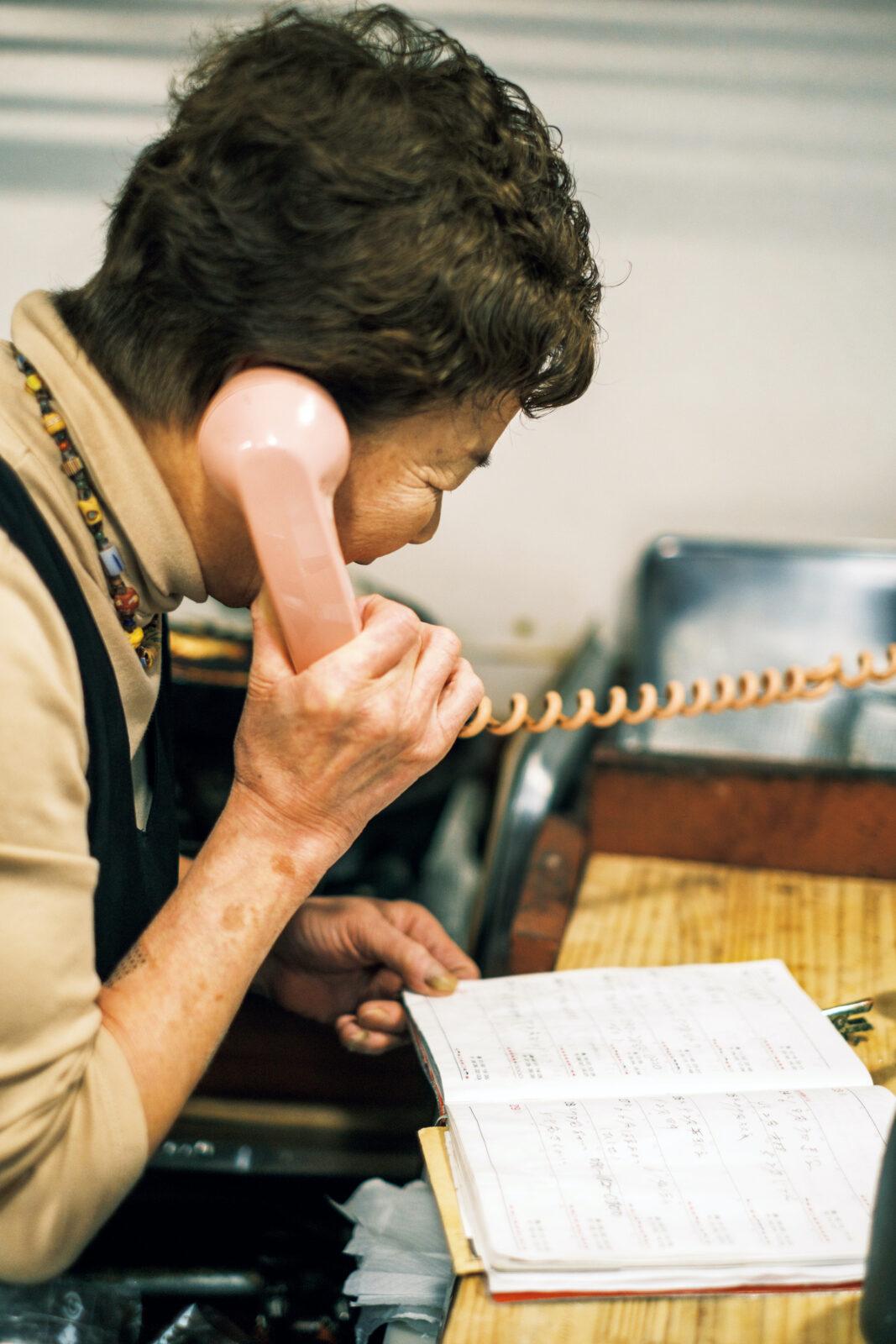 ピンク電話で応対。