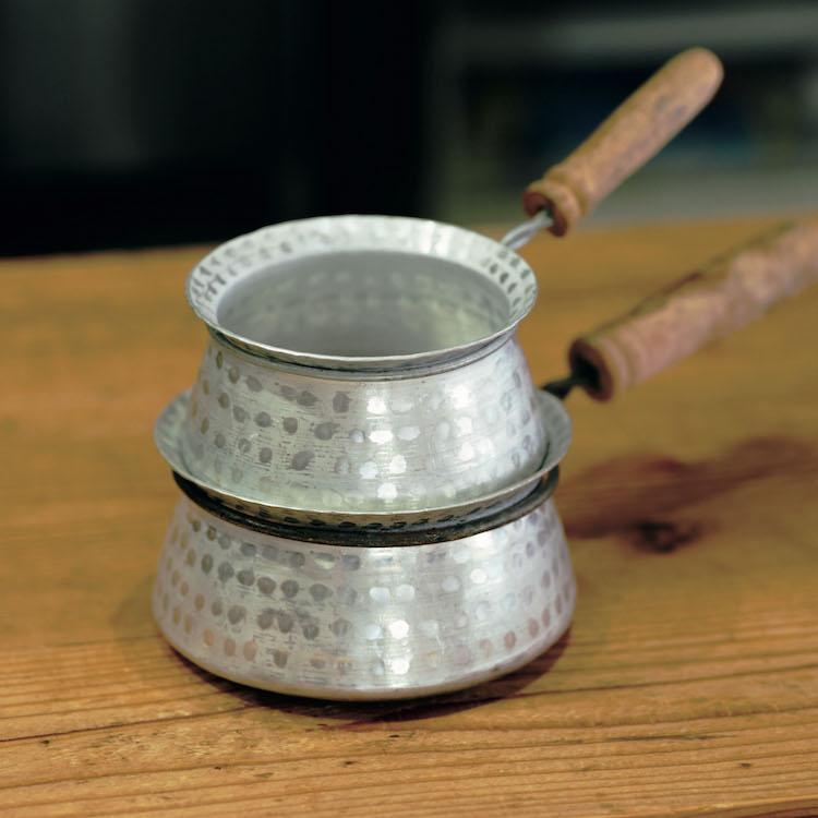 縁の傾斜が絶妙でとても注ぎやすい。ネパールのアルミ鍋。