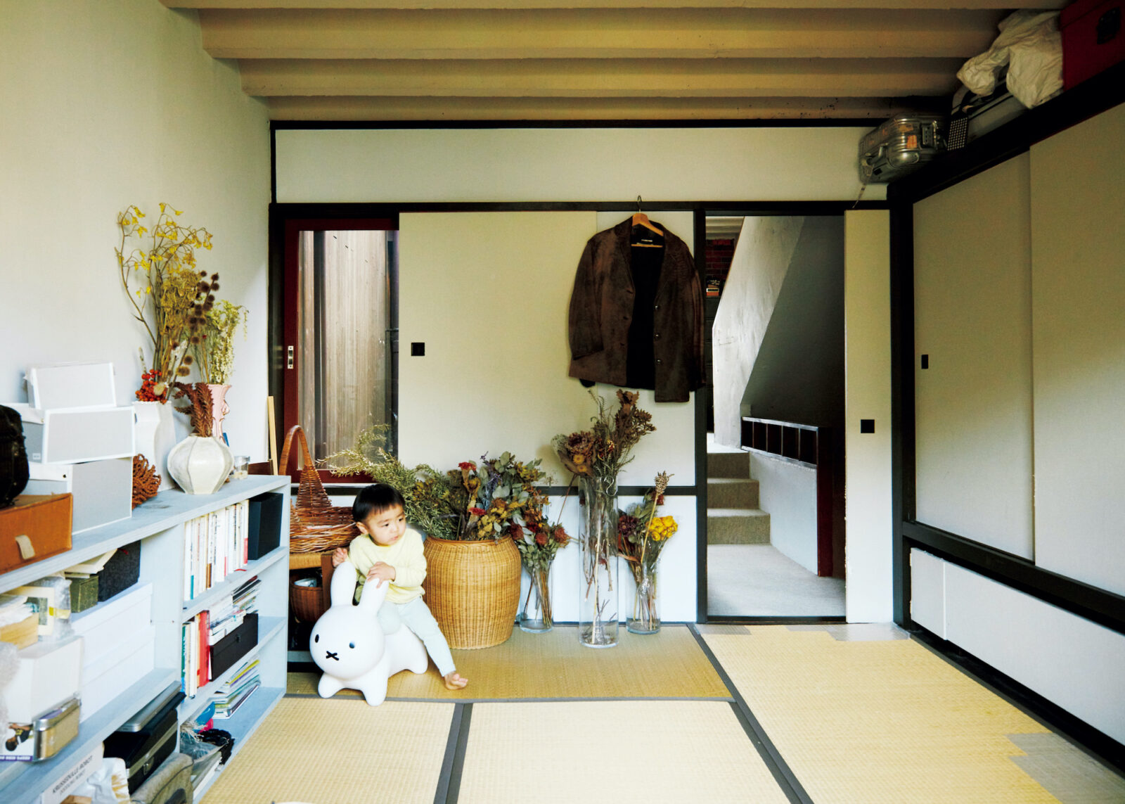 2階の6畳の和室。欄間などの「和」の装飾がなく、和室の天井もコンクリートのボールド天井になっている。「モダンですよね。今まで和室が欲しいと思ったことはなかったけど、やっぱり一部屋あると便利ですね。ゲストルームとしても使っています」