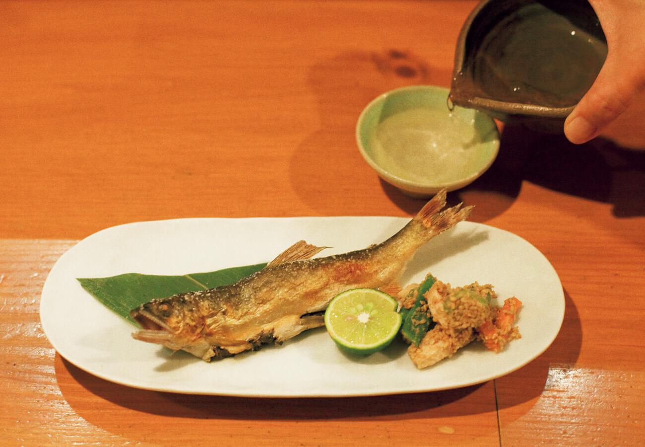 皮目パリッ、の鮎に添えられたのは高知の酒「特別純米南」半合¥450。