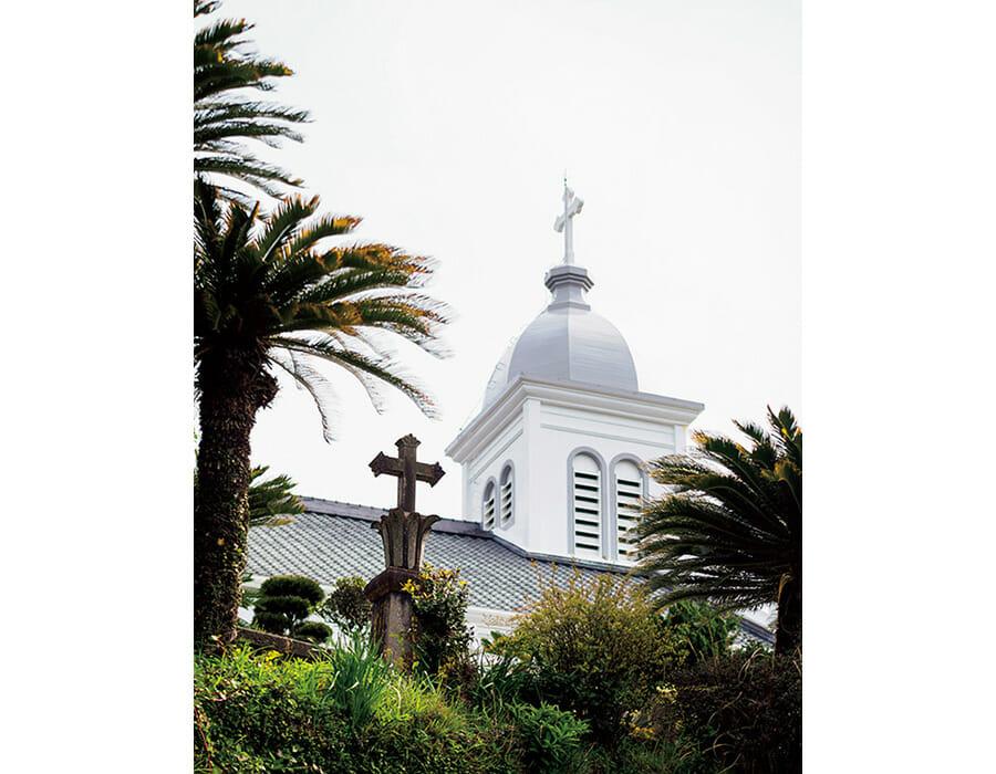 キリスト教解禁後、天草で最も早く建てられた大江教会。ロマネスク建築の現在の建物は1933年、フランス人宣教師が先頭に立ち建立した。小高い丘の上にあり、庭園も美しい。