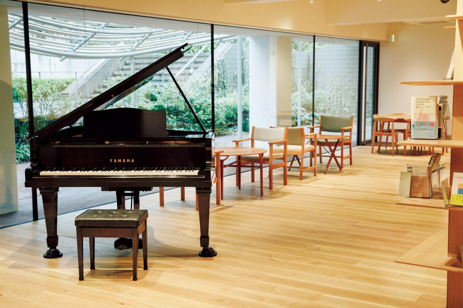 地下1階ラウンジ。ピアノは村上さんが経営していた〈ピーターキャット〉でのライブで使われていたもの。