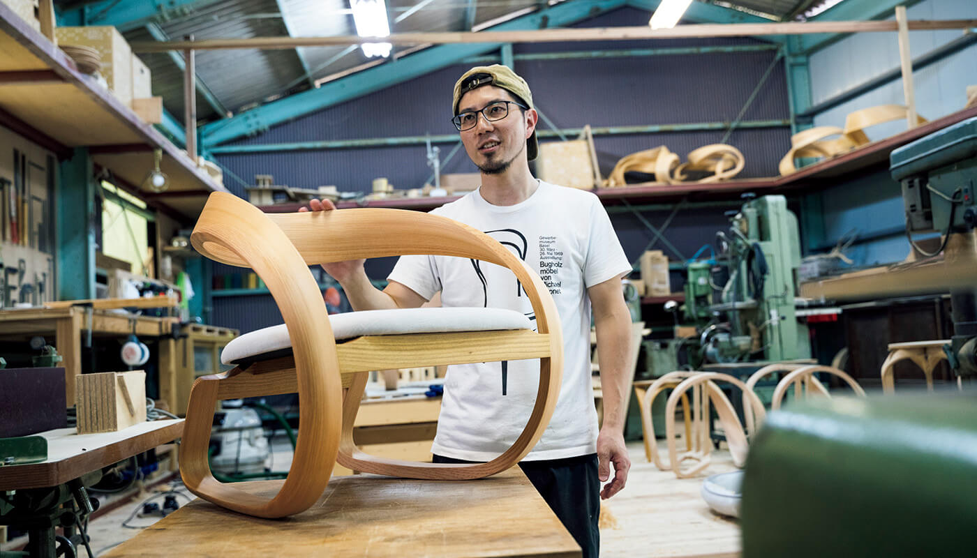 木目と曲線の滑らかさが美しい。〈studio Jig〉の曲木の低座椅子¥130,000。住所:吉野郡川上村大淹503 | 地図/HPで要予約。