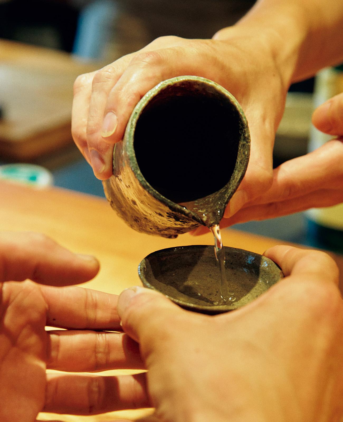 師匠・中村さんと弟子・林さんが、信楽の器で酌み交わす。