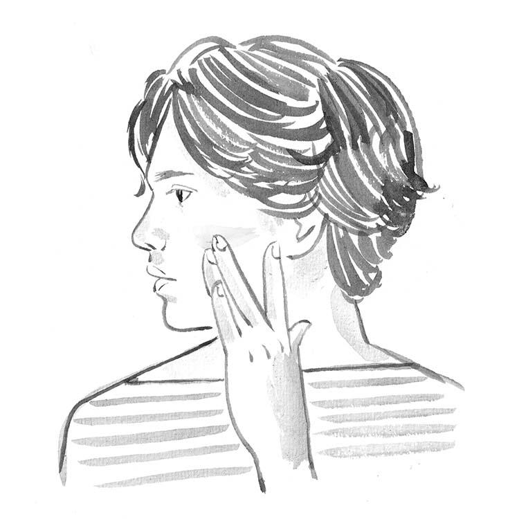 1.肌の調子を整えるための新常識。ベースメイクを活用して、肌の調子を整え、相手に好印象を与える。リキッド状であれば直径1㎝くらいの量を手のひらにのせ、顔全体に薄く広げて馴染ませるだけ。2〜3分で不均一な顔色が、明るく自然に整うのだ。