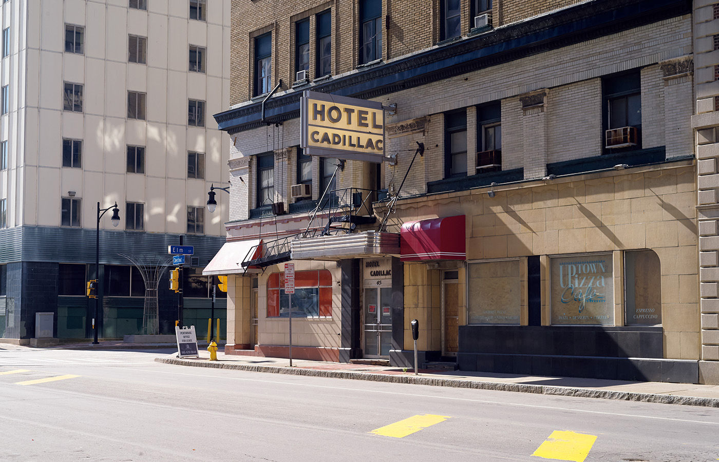 ダウンタウンに古くからあるホテル。現在は閉鎖され看板だけが残っている。