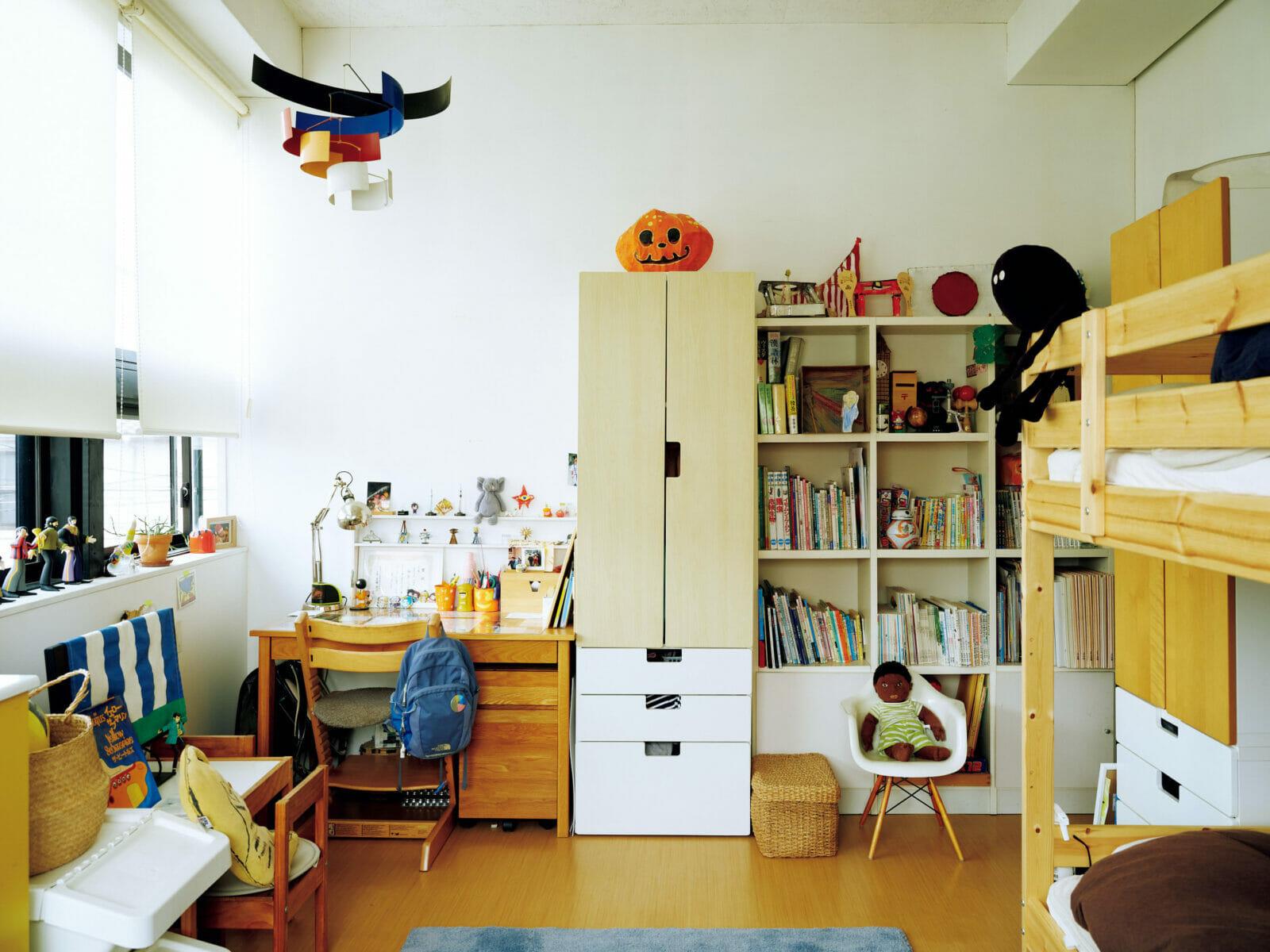 中学2年生と小学3年生、男子2人の子供室。天井や棚に飾った自作アートや小物の色使いに、楢原さんからの影響も感じられる。「面白いですよね。僕自身の家づくりも、古い映画が好きで建築の仕事をしていた父の影響を受けてますから」と楢原さん。