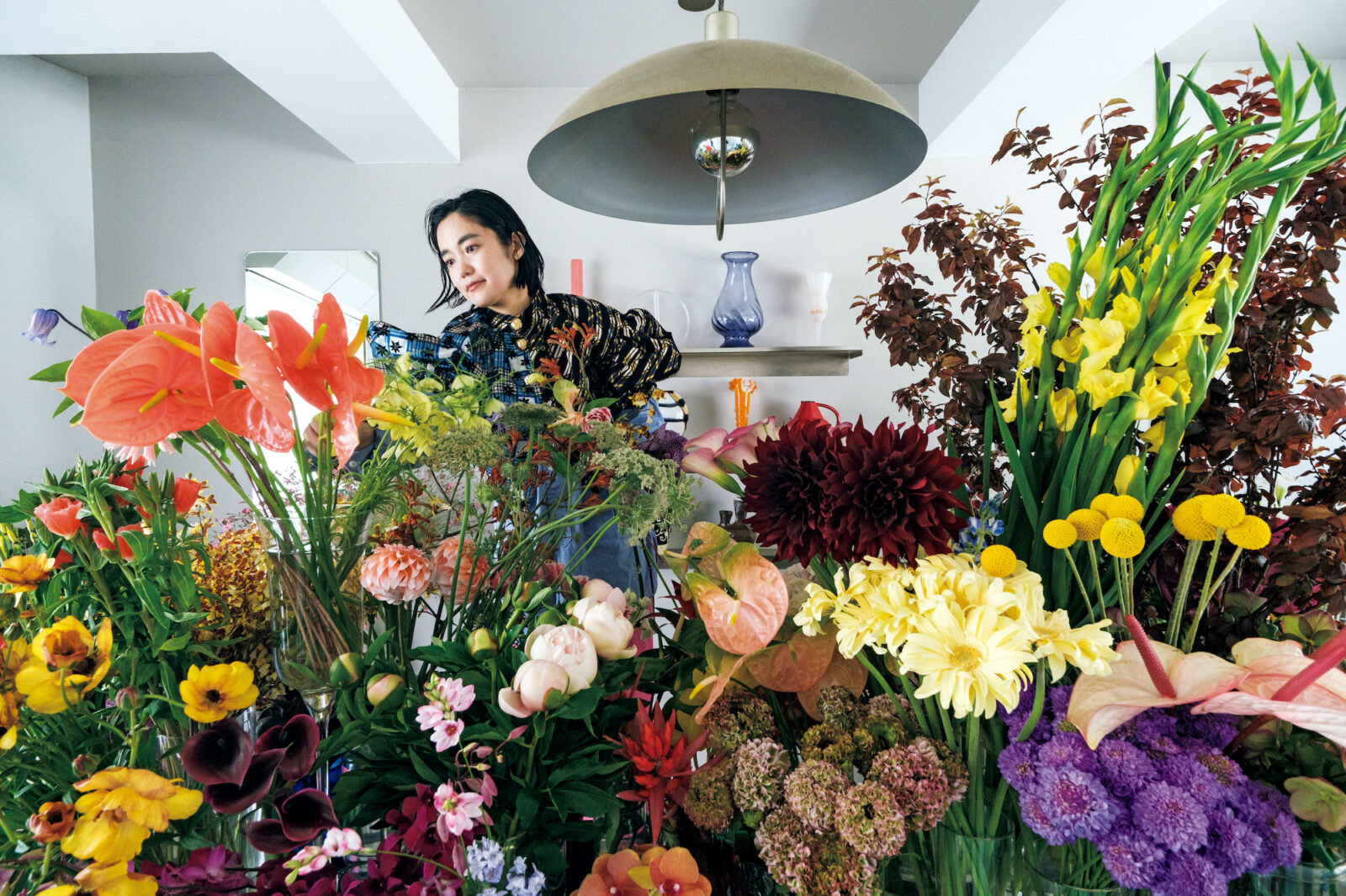 アンスリウムや黒蝶ダリアなど、色や造形にインパクトのある花のほか、野草などその季節にしか出会えない、珍しい花々が並ぶ。