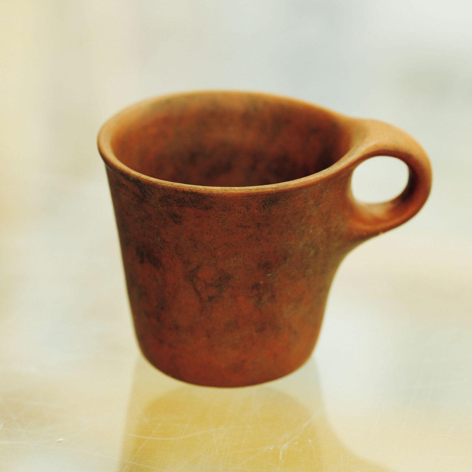 中村圭佑(〈DAIKEI MILLS〉代表)成田周平さんの作品だそうです。うちの事務所にコーヒーカップを選んで買ってきてくれるスタッフがいて、これは「土っぽい感じが似合いそう」とセレクトされたもの。