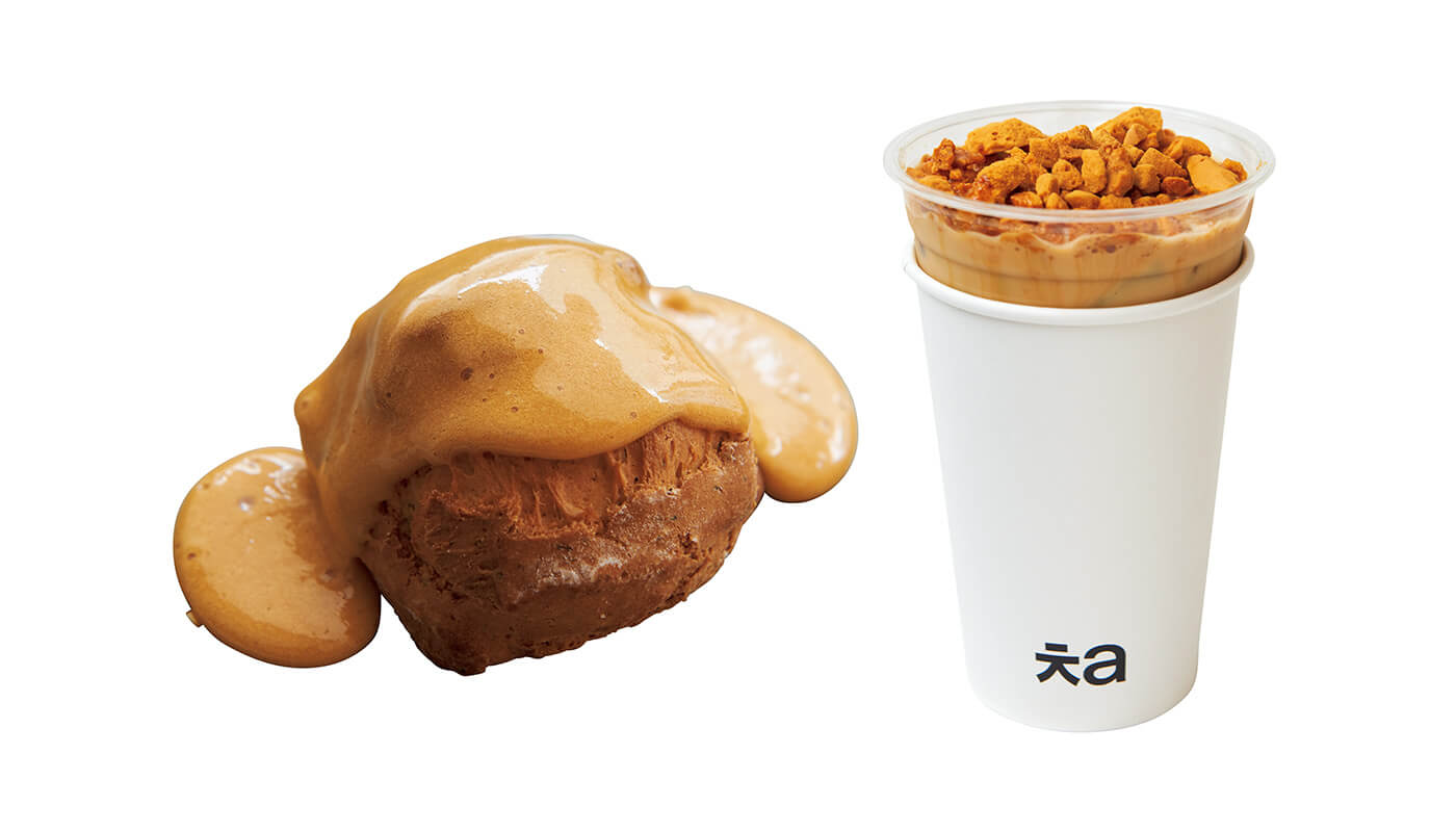 (右)タルゴナアッサムミルクティーアイス¥600。(左)自家製タルゴナをトッピングしたタルゴナスコーン(紅茶)¥280。ストレートティーも用意。