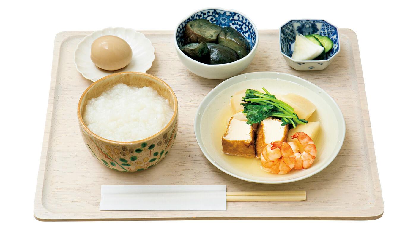 朝セットA¥730には、日替わりの主菜と副菜、ごはん(おかゆ、和風ちまき、玄米から選択可)、日本茶が付く。
