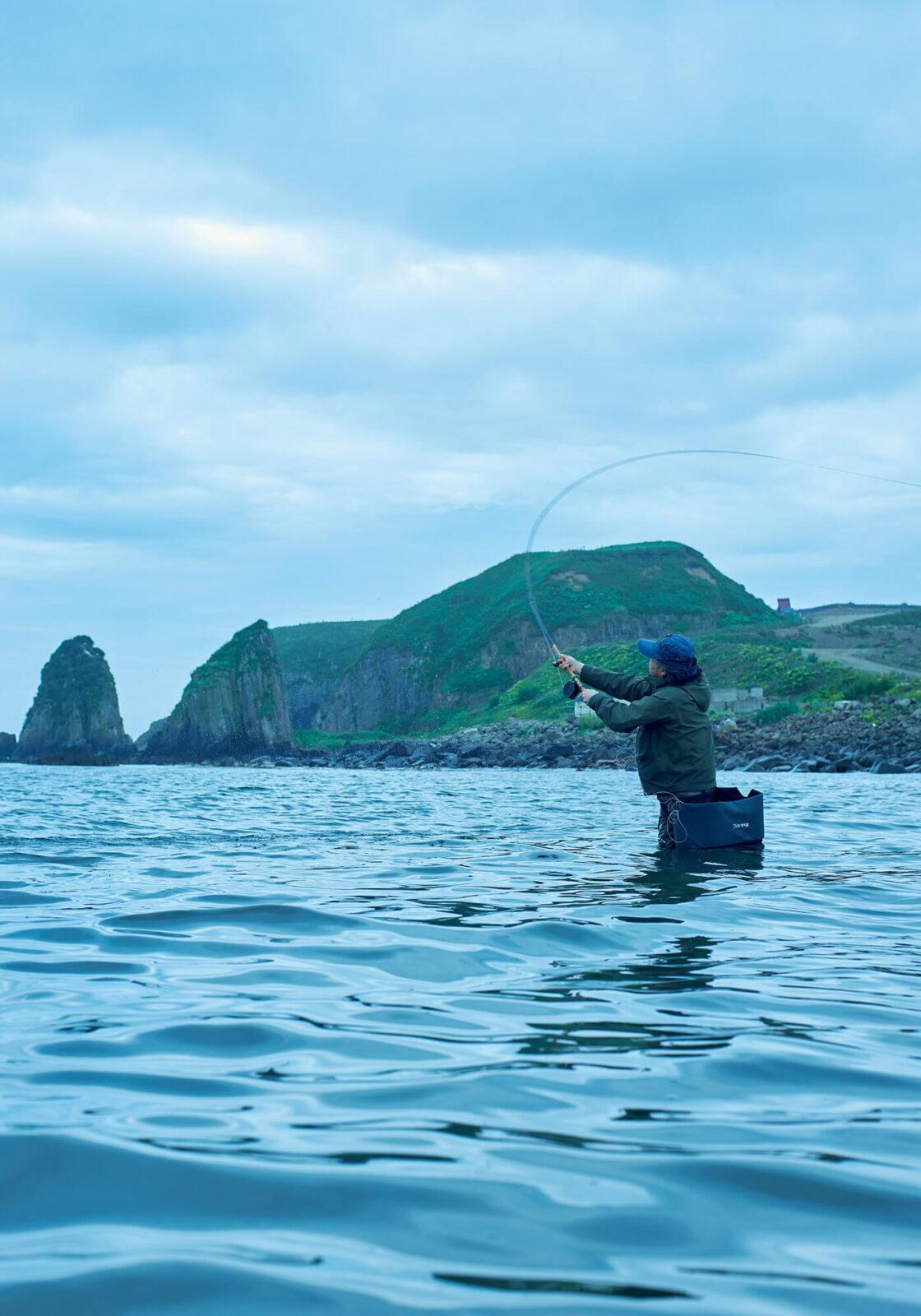 早朝5時。高度な技術が必要なフライフィッシングでの海釣りを見せてもらう。潮目に魚がいるので慎重にポイントを探る。根室ではサケやカラフトマス、アメマスなどが釣れる。