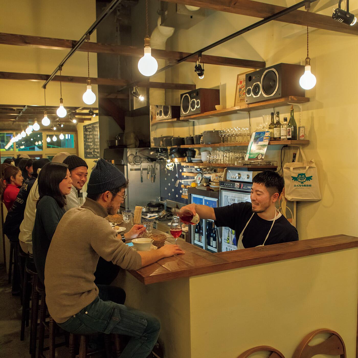 天井高のある開放的な空間に、毎夜、自然派ワイン好きが集まる〈ズッパ〉。ワインはグラス¥1,000〜、ボトル¥5,000〜で味わえる。