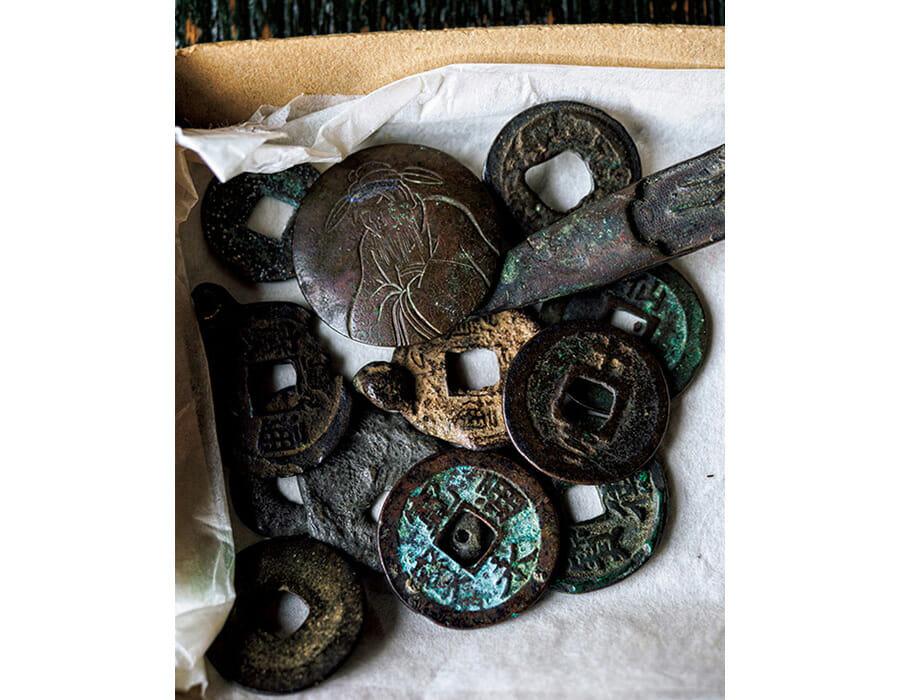 﨑津の寿司店〈海月〉で見た銭貨。教会や聖像を祀ることができなかった禁教時代の潜伏信者は独自の方法で祈りの儀式を行った。十字架代わりに使われた銭貨もその一例。