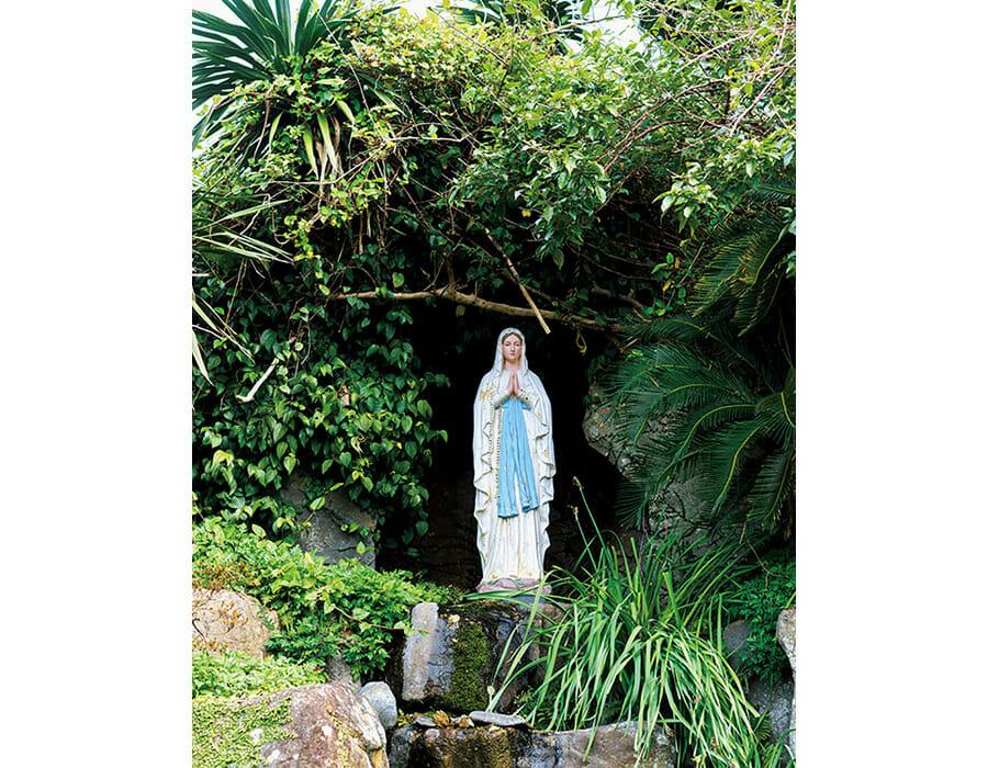 大江教会の敷地内で。キリスト教の巡礼地・フランスのルルドにある聖母像とルルドの泉を模した洞窟。天主堂近くには天草のキリスト教関連資料を展示した天草ロザリオ館も。