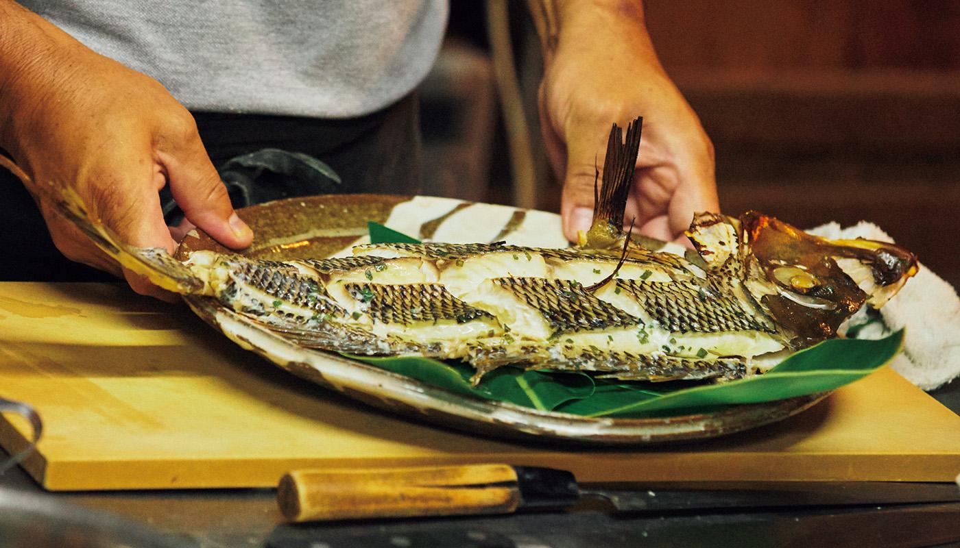 〈はてるま〉では、採れたて野菜と魚が並ぶ。豊かな島の味に舌鼓。