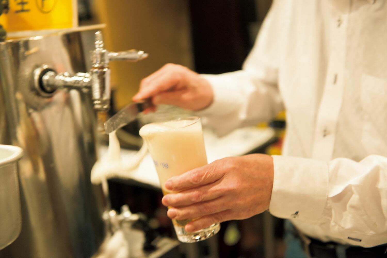 ビールは鮮度が命。余分な泡はパレットナイフで切り、手早く注ぐのが松尾流。