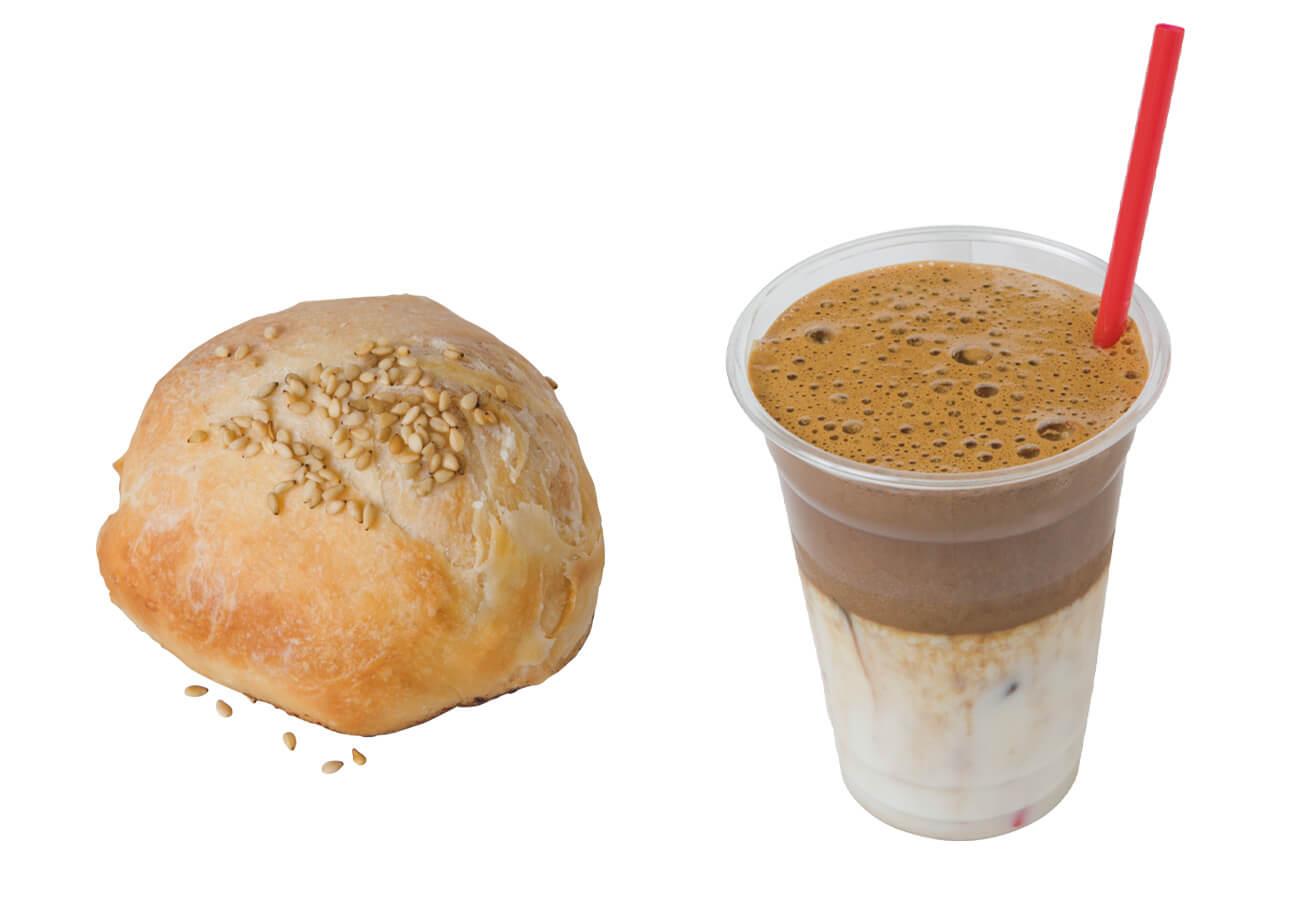 (右)コモコの舌触りが話題のタルゴナコーヒー¥390、(左)胡椒餅¥250。