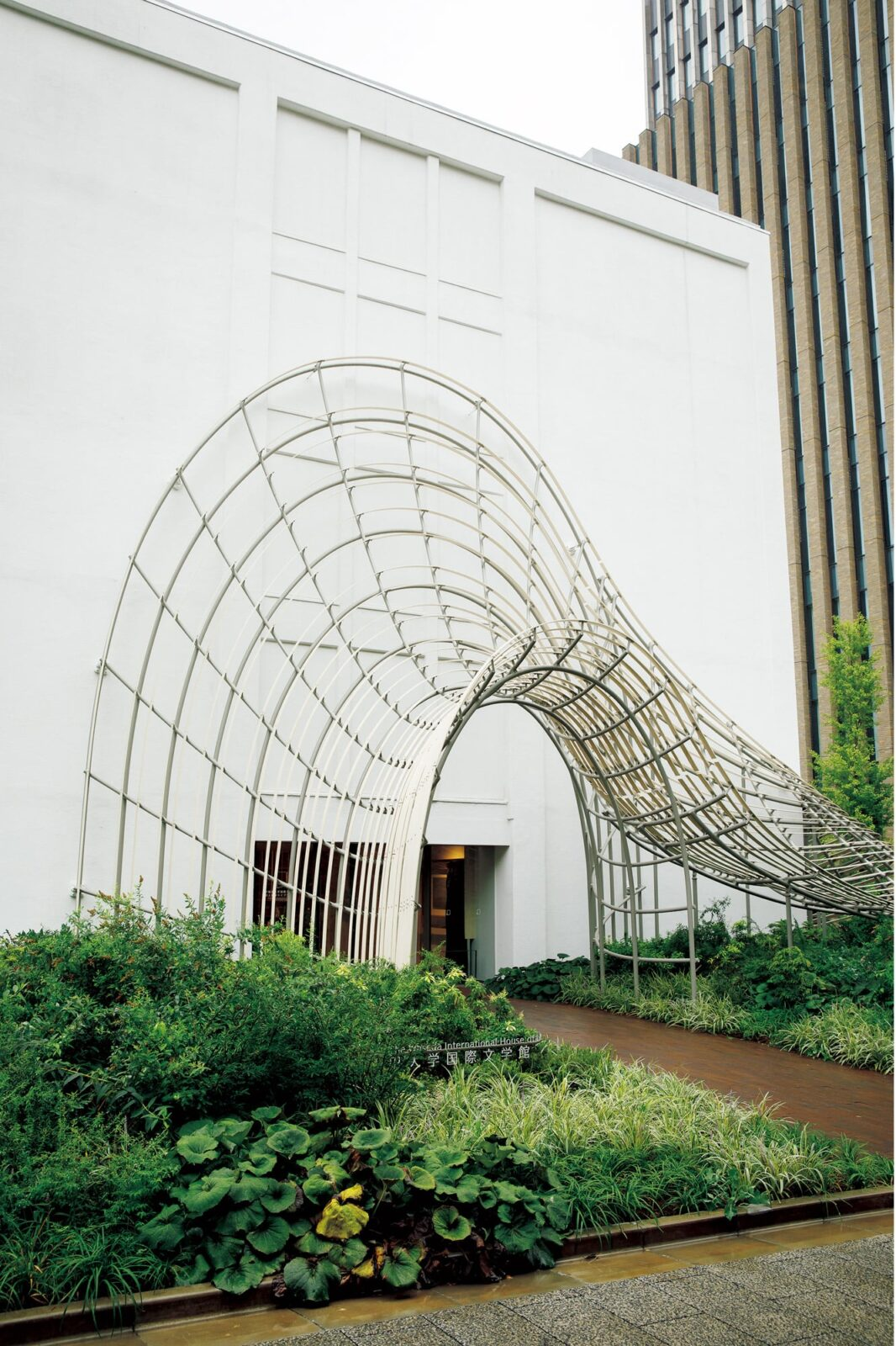 内部トンネルと同じイメージで仕上げられた外観の設えは高耐久化天然木材「アコヤ」を駆使したもの。