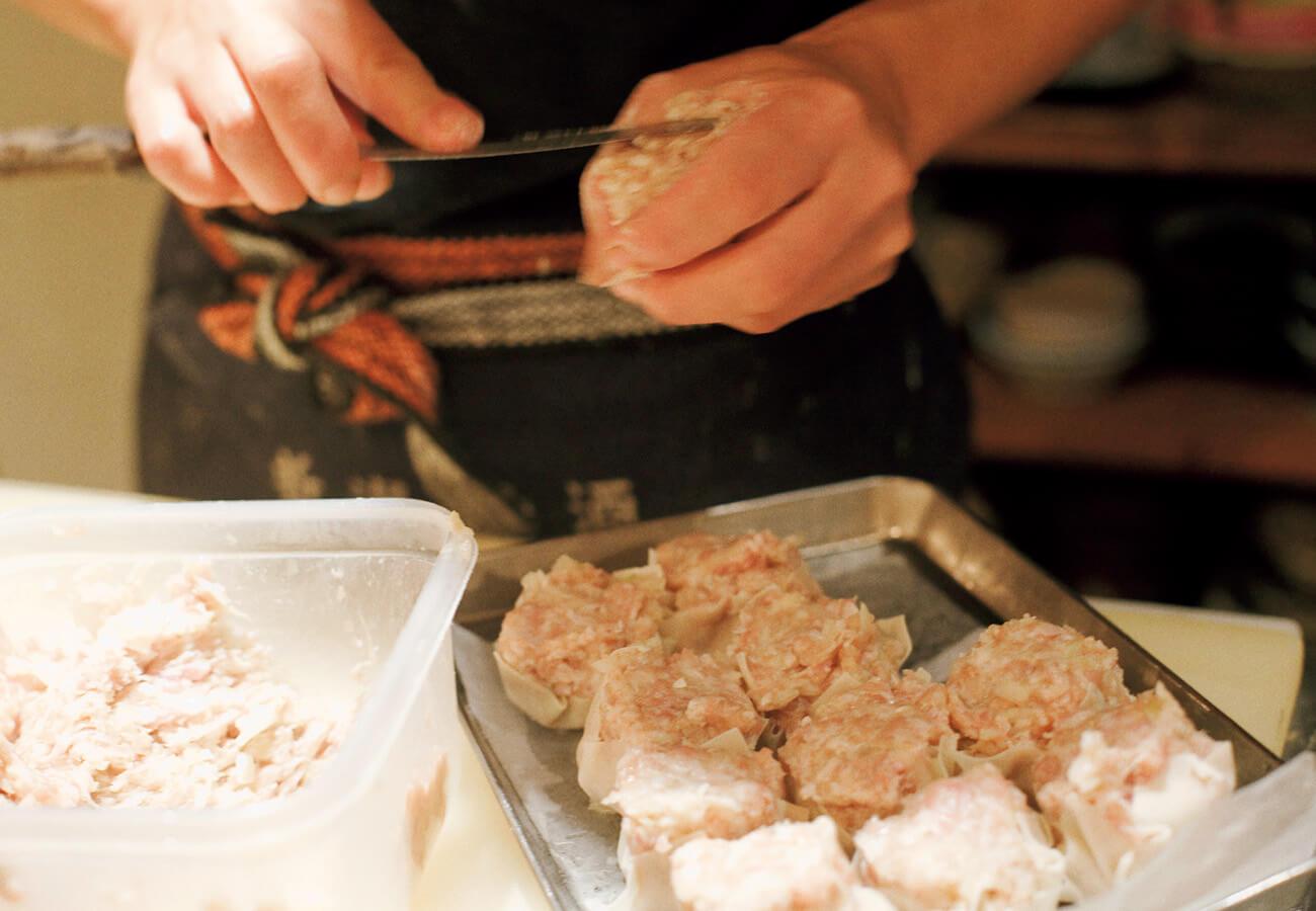シュウマイ4個¥400は注文を受けてから包んで蒸す。2個から注文可。