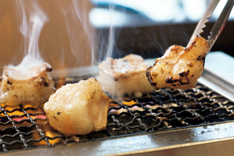 ホソはまず脂がついた身の部分から焼くのがおいしさの秘訣。