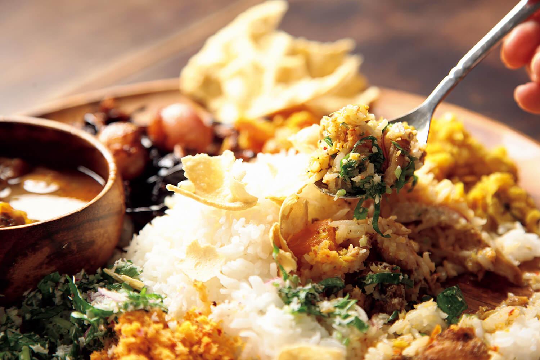 パパダンをよけ、手前に混ぜる場所を確保。ご飯を崩し、ふりかけなどを混ぜながら。