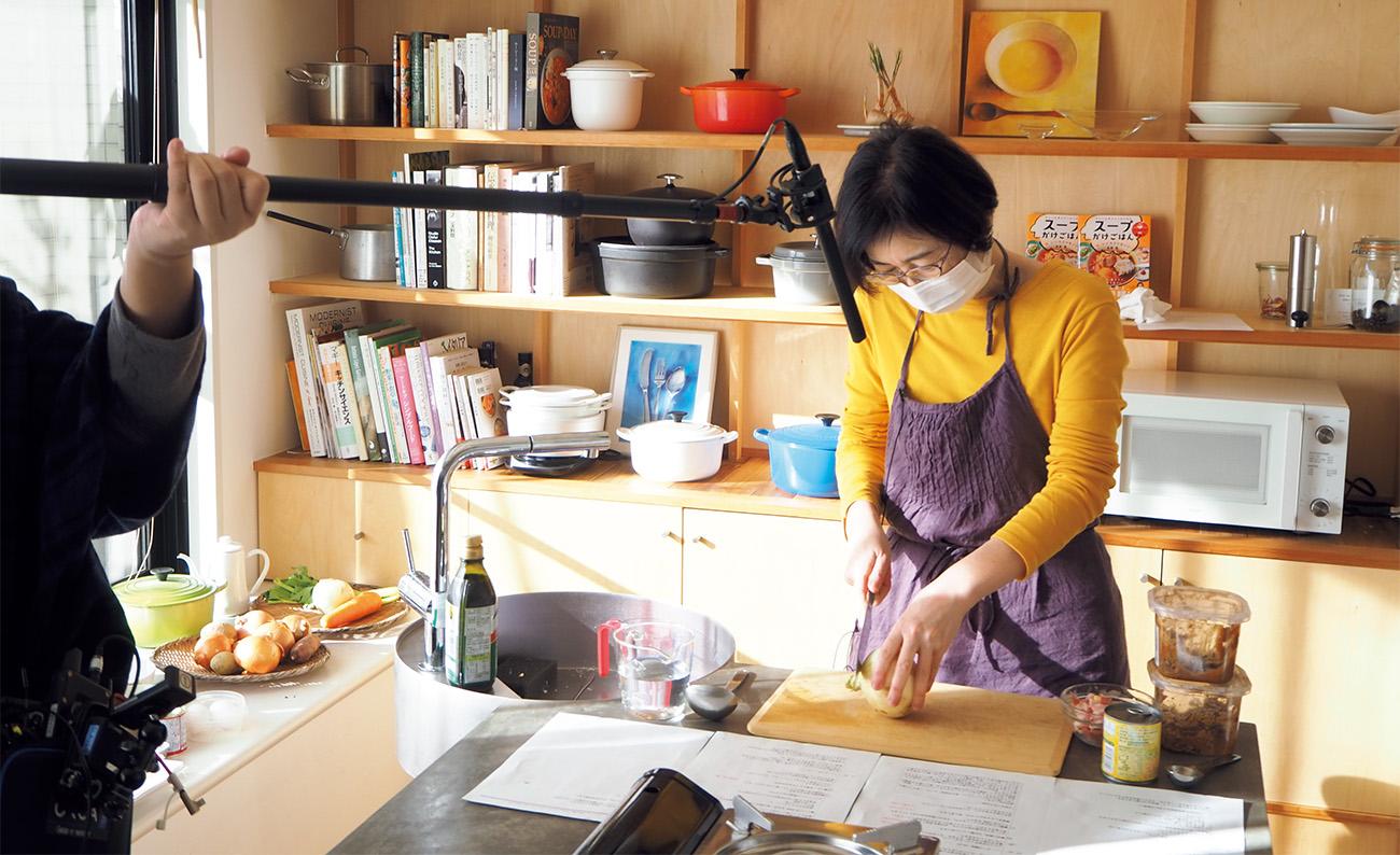 木のまな板など音にこだわった道具で、実際にスープを作りながら収録する。