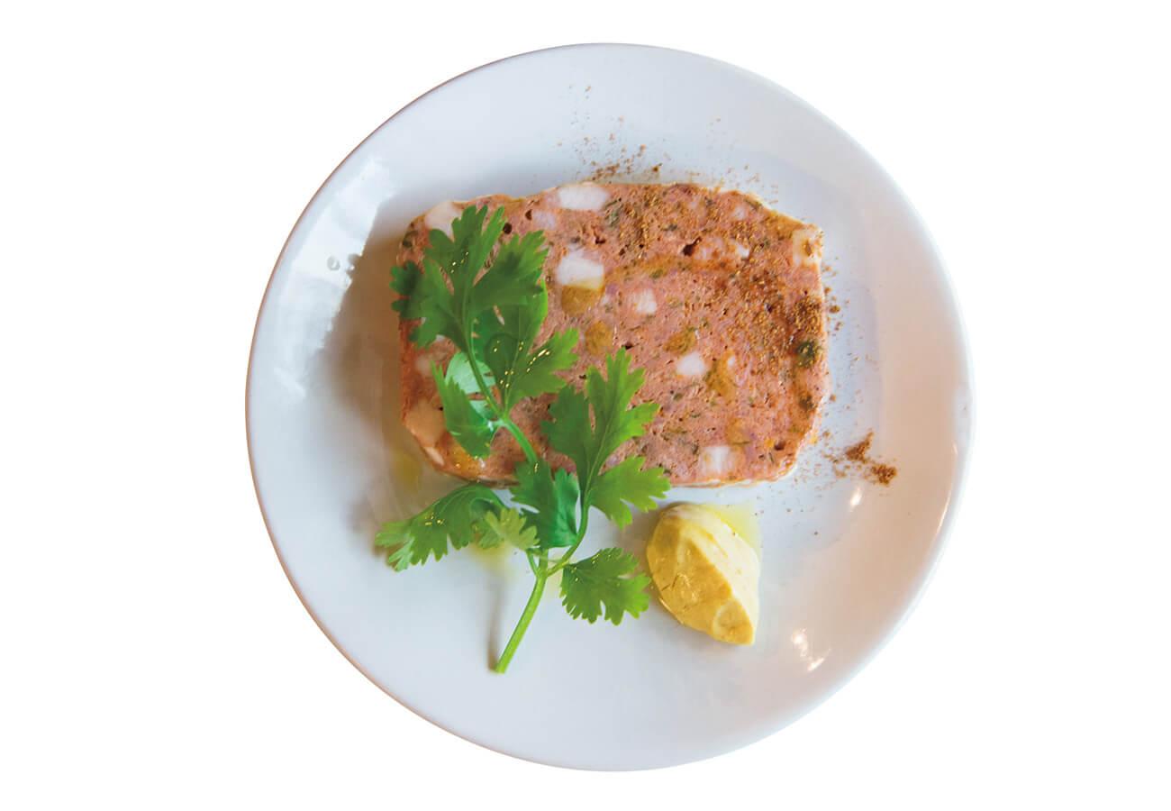 お肉のパテ イタリアメイド¥1,100。ガラムマサラやホールスパイスをジンに漬けた自家製スパイスサワー¥880を合わせたい。