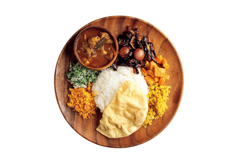 スリランカプレート 2種盛り ¥1,500チキンカレー、ナスのモージュ、ニンジンカレー、パリップ、パパダン、ココナッツのサンボーラ、青菜のサンボーラ、ライス。