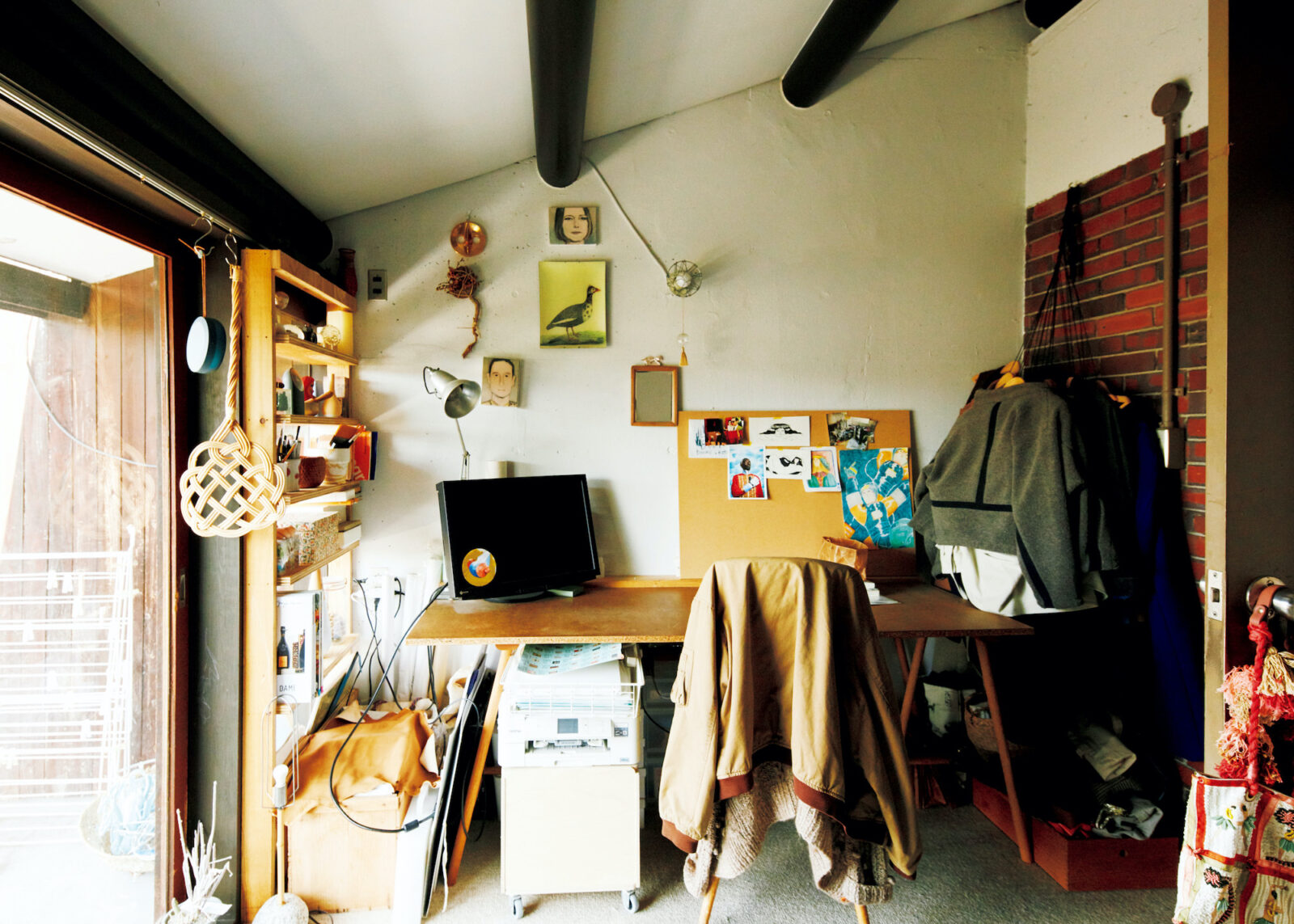 2階西側のバルコニーに面した服部さんの書斎。リモートワークが増え、書斎が「気持ちのいい空間」であることの大切さを痛感したという。面積は4畳半程度で、子供部屋にもちょうどいい広さ。斜めの天井と黒い梁が空間にアクセントをつけている。