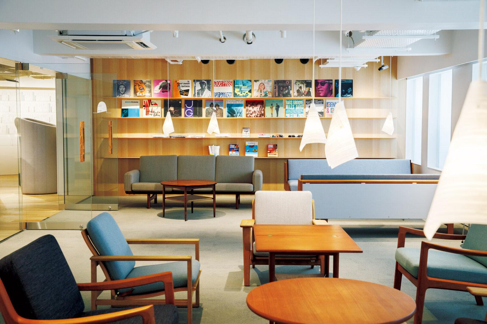 1階オーディオルーム。壁には村上さんが寄贈したレコードの一部が飾られる。置かれている家具はヴィンテージチェアが中心。