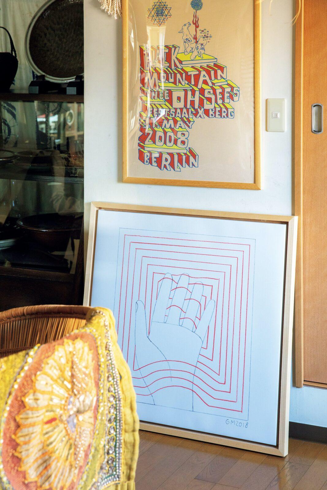 中央下、額装したプリントはロサンゼルス在住のジェフ・マクフェトリッジ。セレクトショップ時代、コラボ商品を手がけた思い入れのあるアーティスト。上のシルクスクリーンは出張先のベルリンの書店〈プリンテッド・マター〉で購入した。