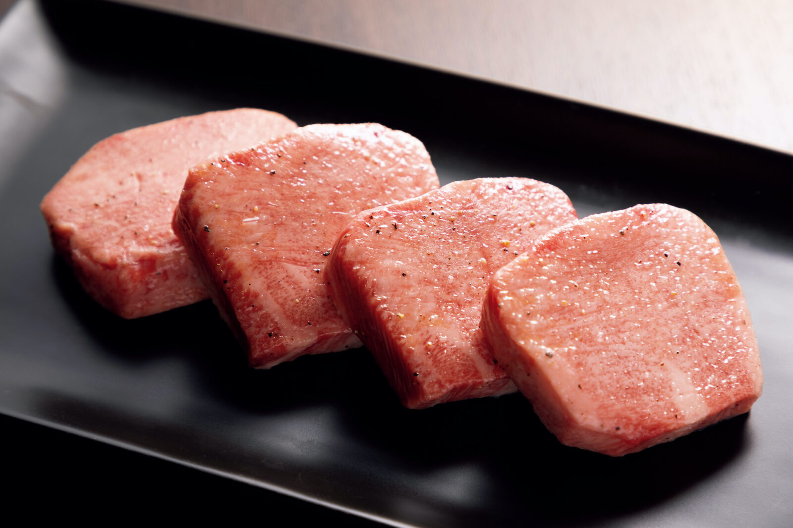 特選厚切りタン塩¥3,278。歯に心地よい弾力と舌の上に一気に広がる旨味は極厚カットのなせる業。