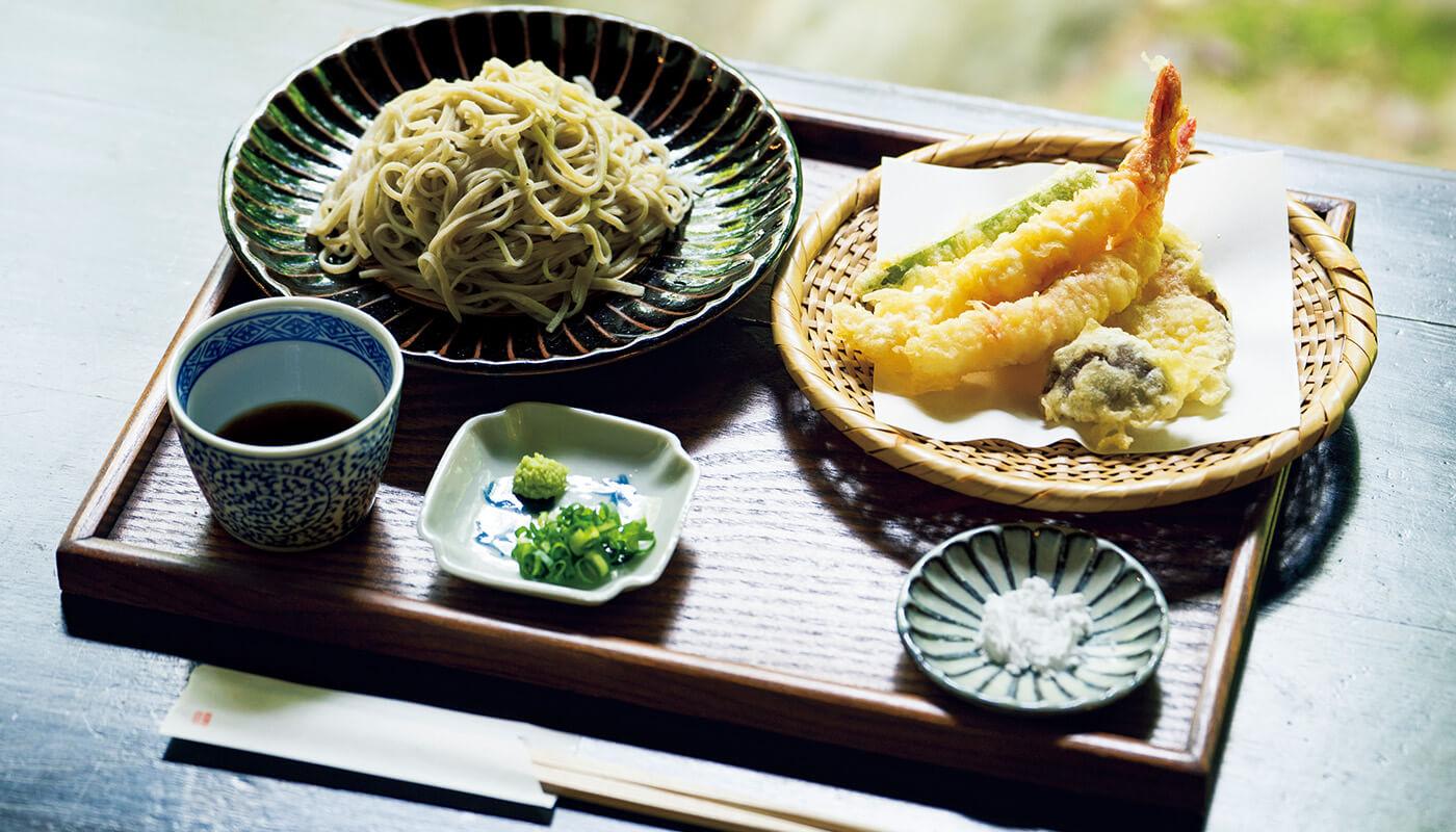 〈よしの庵〉の蕎麦は繊細で香り高い。店主も移住組だ。天ぷらもりそば¥1,500(税込み)。隣にある雑貨屋〈空木〉には吉野の作家の作品も。住所:吉野郡東吉野村木津川601 | 地図