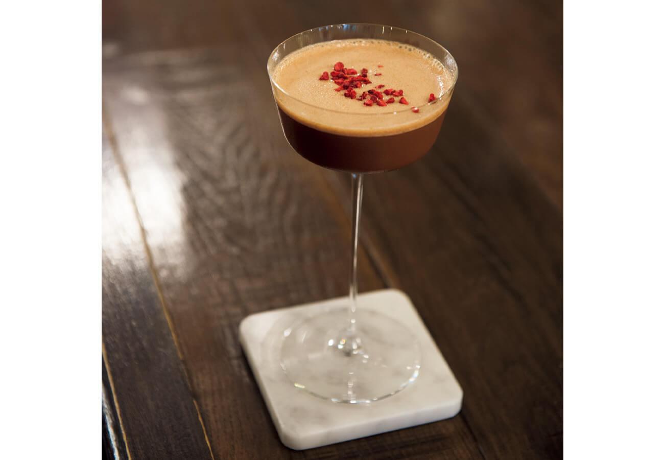 グネチャーカクテルから、エスプレッソマティーニ¥1,650。カカオ73%の自家製チョコレートとエスプレッソの苦味の二重奏にうっとり。