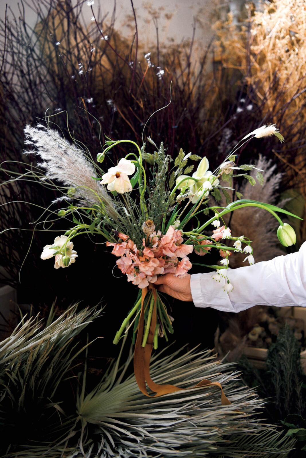 穂などドライものとスノードロップなど生花をミックス。40ポンド。